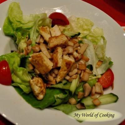 Salat mit Hühnerfilet und Pilzen
