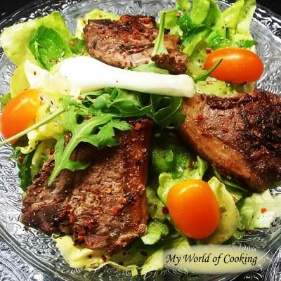 Lammsteaks auf Blattsalat
