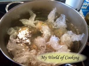 ... im leicht siedenden Wasser kochen ...