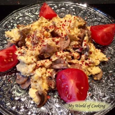 Rührei mit Champignons, rotem Pfeffer und Chiliflocken
