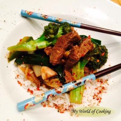 Rindfleisch mit Brokkoli und Zucchini