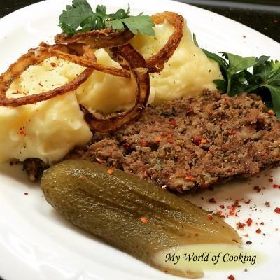 Faschierter Braten vom Rind mit Kartoffelpüree, Röstzwiebeln & Salzgurke