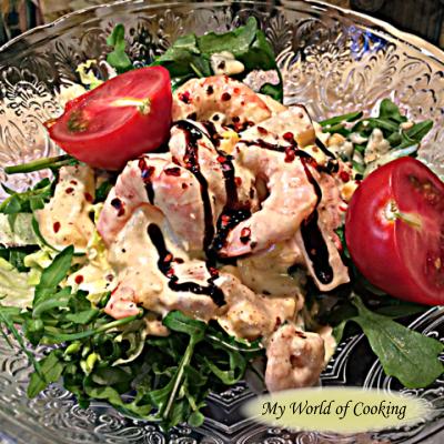 Garnelen mit Currydressing auf Blattsalat