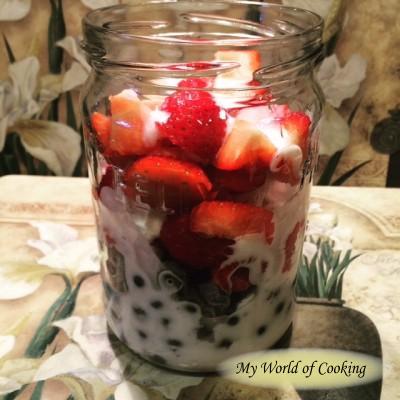 Frühstücksglas mit Erbeer-Heidelbeer-Himbeer-Joghurt