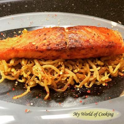 Filet vom Lachs auf Sojasprossensalat