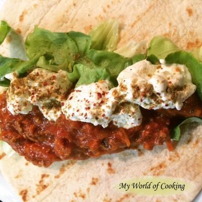 Fladenbrot mit Tomatensauce, Salat & Sauerrahm