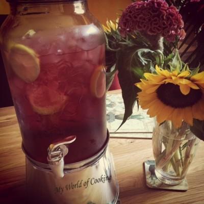 Himbeersaft mit Zitronen & Eis im Getränkespender