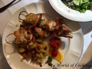Hühnerspieß mit Bratkartoffeln