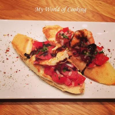 Tomaten-Bruschettas mit Honig-Garnelen