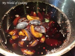 Beeren mit Zwetschken in Wein