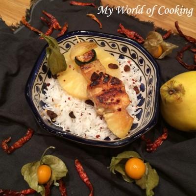 Ananascurry-Spießchen auf Basmatireis
