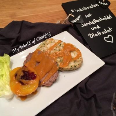 Feierlicher Rindsbraten mit Serviettenknödel & Preiselbeer-Pfirsich