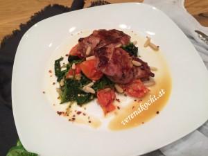 Spinat-Tomaten-Pfanne mit Pinienkernen und Schweinemedaillons in Prosciutto