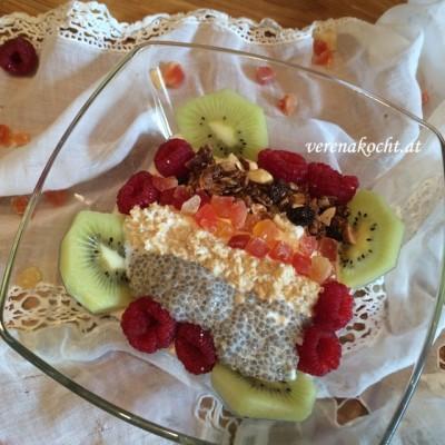 Exotische Frühstücksbowl mit Kokos-Gojibeeren-Granola (oder) Ein exotischer Start in den Tag