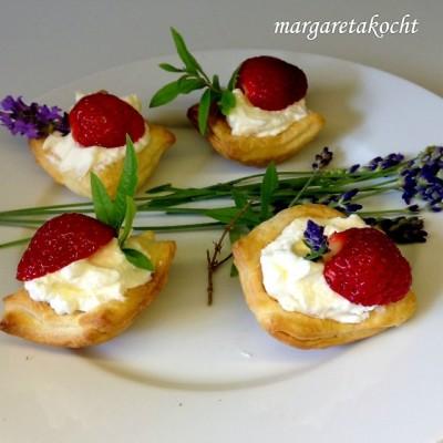Süße Erdbeer-Häppchen im Blätterteig (oder) Das perfekte Dessert für kurzfristig angekündigte Besuche