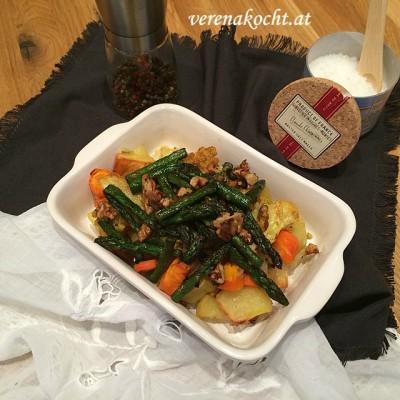 """Ofengemüse mit goldenem Karfiol, grünem Spargel & Walnüssen (oder) Von der """"coolen"""" zur wärmenden Mahlzeit"""