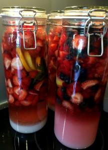 links: Erdbeer Likör rechts: Beeren Likör