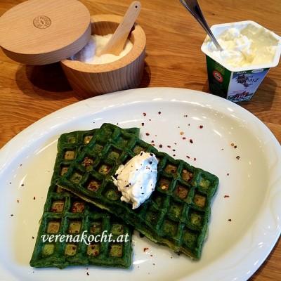 Spinat Parmesan Waffeln mit Ziegen-Frischkäse (oder) eine hungrige B. greift zum Waffeleisen
