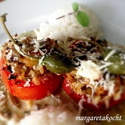 """Gefüllte """"Fleisch""""Tomaten auf Schwammerl-Sauce (und) B.s vegetarische Version davon"""