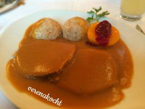 Rindsbraten mit Knödel & Preiselbeer-Pfirsich
