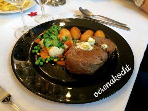 Steak mit Kroketten und buntem Gemüse