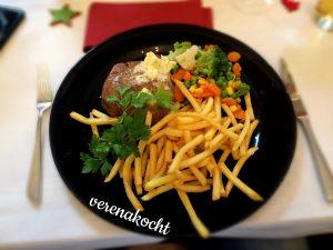 Steak mit Kräuterbutter auf Pommes & Gemüse