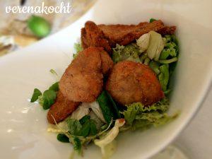 Gebackene Steinpilze auf Blattsalat