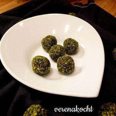 Schoko-Marzipan-Pralinen, gehüllt in Pistazie (oder) Wir brechen die Tradition des letzten Bleches