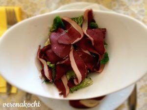 Rohschinken vom Wildschwein auf Blattsalat