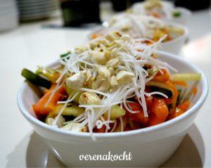Thai Papaya Salat mit gebratenen Riesengarnelen