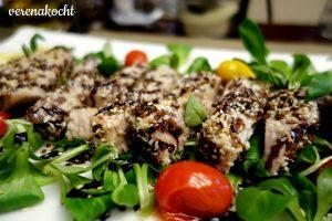 marinierter Thunfisch in Sesam auf Vogerlsalat