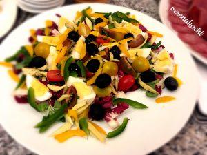 bunter Salat mit Ei & Oliven