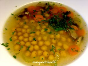 Klare Gemüsesuppe mit Kichererbsen