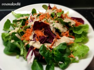 bunter Blattsalat mit Hendlstreifen