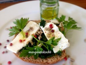 Pesto von Petersilie & Basilikum mit rosa Pfeffer