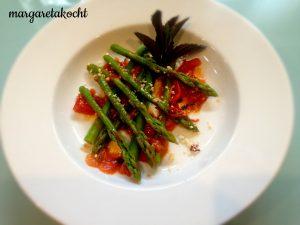 grüner Spargel auf Tomaten Salsa