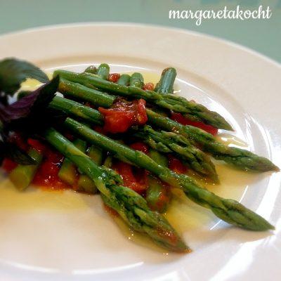 grüner Spargel auf warmer Tomaten Salsa (oder) 365 Tage Muttertag