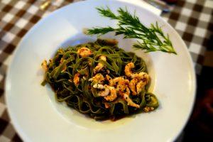 Grüne Pasta mit Shrimps