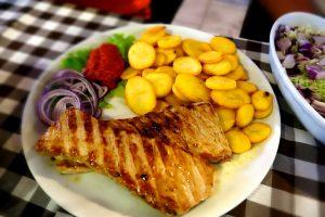 Kotelett vom Schwein mit Kartoffeln & Ajvar hinten: Z.s obligatorischer Krautsalat mit Zwiebeln