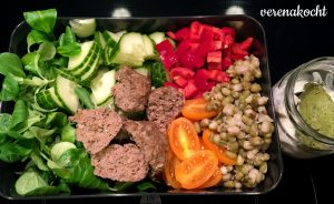 Salat - Gurke - Mungobohnen - Tomaten - Fleischbällchen