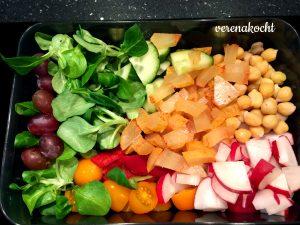 Kichererbsen - Salat - Gurke - Paprika -Radieschen - Tomaten - Trauben - Quargel