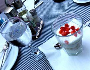 Joghurt mit Müsli & Früchten