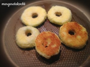 Apfelringe im Kokos-Mäntelchen