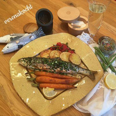 gefüllter Bachsaibling mit Ofenkartoffeln, karamellisierten Karotten und geschmorten Tomaten & Fisolen (und) Mahlzeit!
