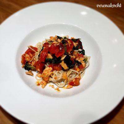 Asia Mangold Nudeln mit Lachs & geschmorten Tomaten (oder) #friyay