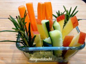 Topfen Kräuter Aufstrich mit Obst- und Gemüse-Sticks