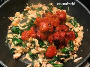 Asia Mangold Nudeln mit Räucherlachs & geschmorten Tomaten