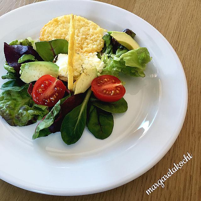 bunter Salat mit Parmesan Chips