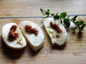 Mozzarella Taler mit Tomaten in Kartoffelkruste
