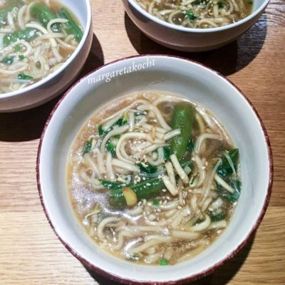 Suppe Japanese Style mit Margaretas home-made Udon Nudeln (oder) Japanese Soulfood at its best!